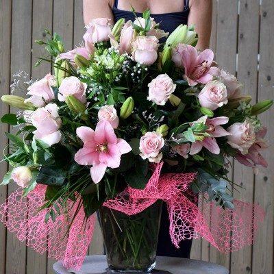 Jarrón de flor según temporada tonos rosas