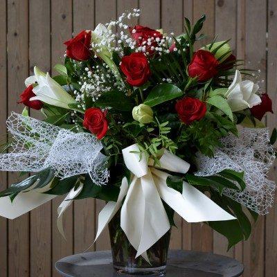Jarrón de longuiflorum blancos y rosas rojas
