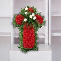 Cruz de claveles rojos y flor blanca