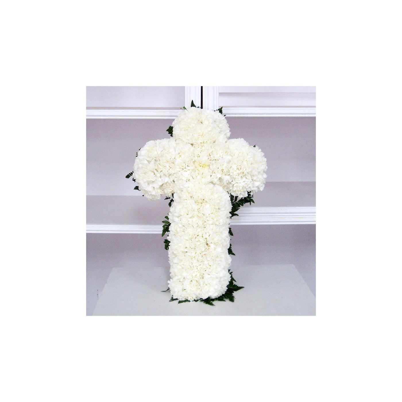 Cruz de claveles blancos