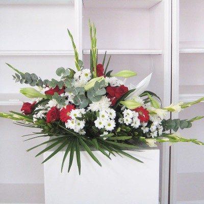 Coixí flors variades tons vermells i blancs