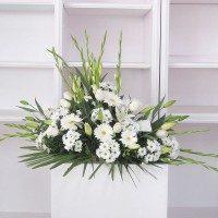 Cojín flores variadas tonos blancos
