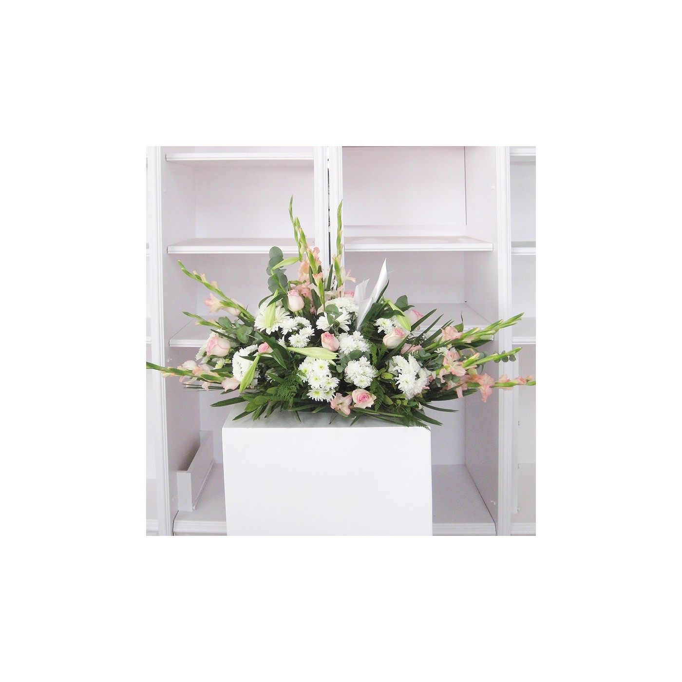 Cojín flores variadas tonos blancos y rosas