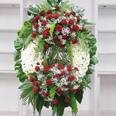 Corona clavel blanco con dos cabezales rosas rojas