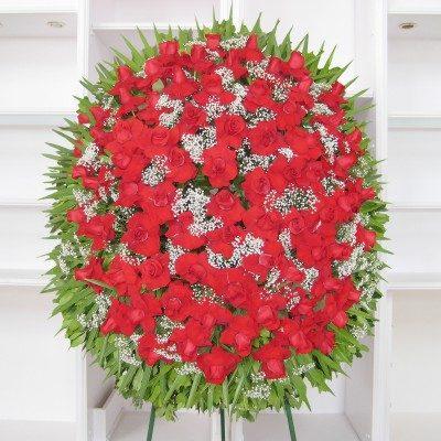 Corona de rosas rojas abiertas