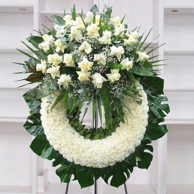 Corona clavel blanco con cabezal rosas blancas