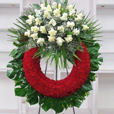 Corona clavel rojo con cabezal rosas blancas