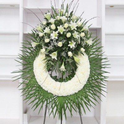 Corona clavel blanco con cabezal de rosas blancas, longuiflorum y paniculata