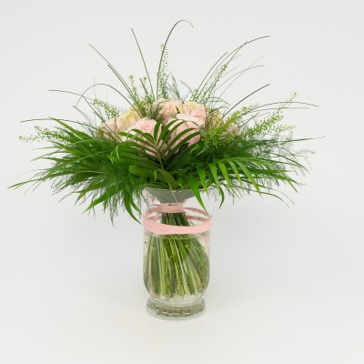 Bouquet of 16 roses in vase