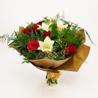Comprar Ramo de longuiflorum y rosas rojas Barcelona