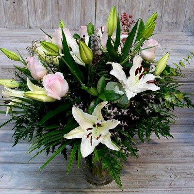 Ram de lilium blanc i roses rosa pàlid