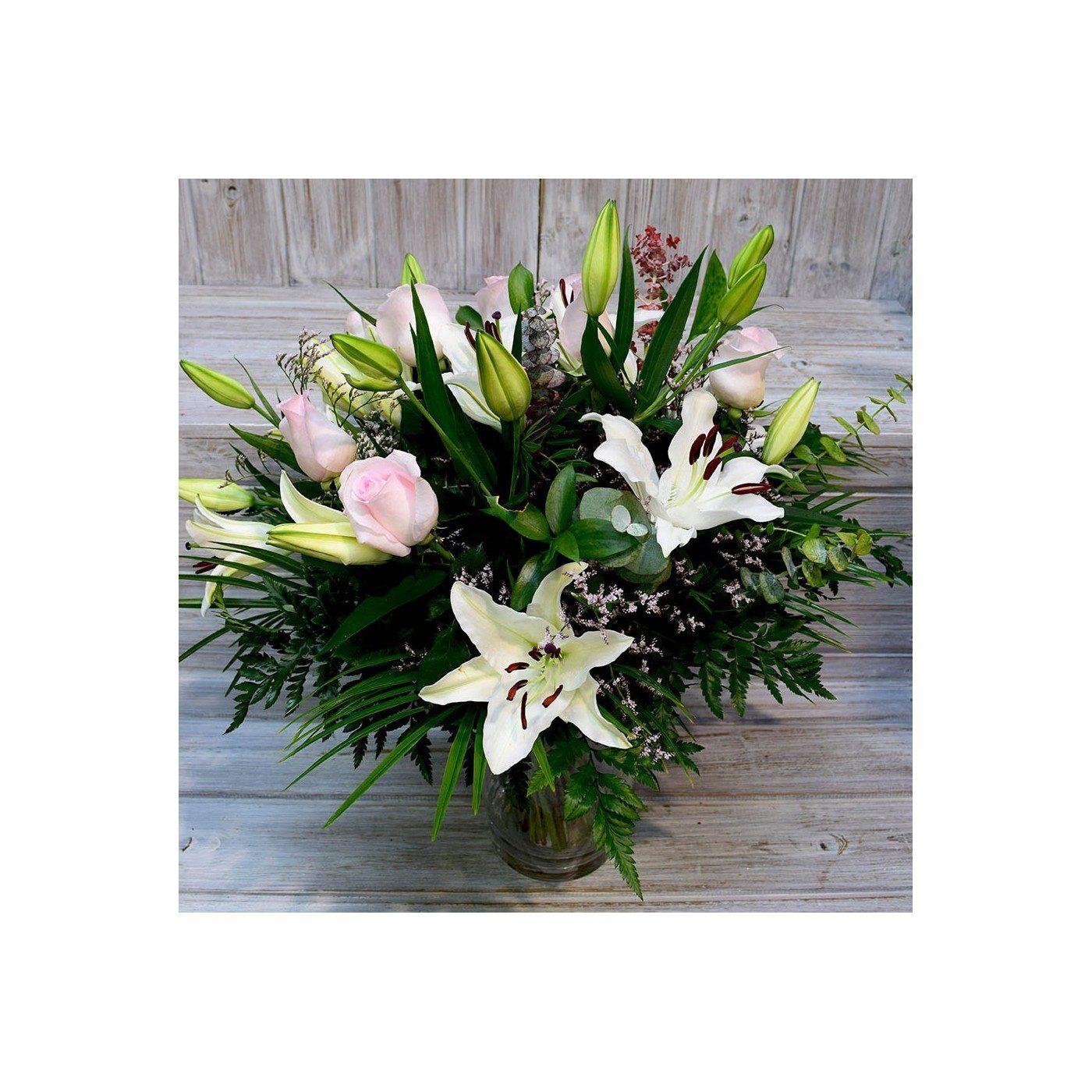 Ram de lilium blanc i roses crema